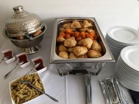Bladerdeeggerecht gevuld met noodles en vis of kip