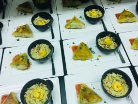 Bladerdeeghapje gevuld met vis en zoetzure saus - hapje couscoussalade en scampi