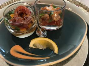 Hapje met Gandaham, meloen, rucola en pijnboompitten (links) - hapje van grijze garnalen, tomaat, cocktail en rucola (rechts)