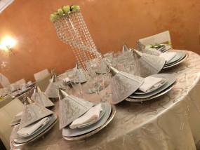 Ingedekte tafel van een Marokkaanse huwelijk