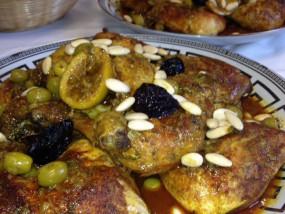 Kip op Marokkaanse wijze geserveerd met gedroogde pruimen, amandelen en olijven