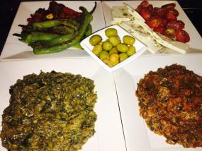 Tapas van kerstomaten, geitenkaas, olijven, geroosterde zoete paprika's, aubergine en courgette