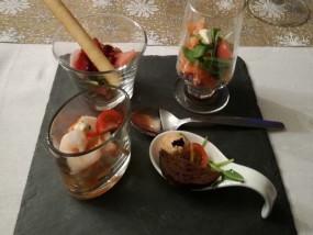 Een kwartet van frisse hapjes gemaakt van parmaham, gerookte zalm, zalmmousje en surimi